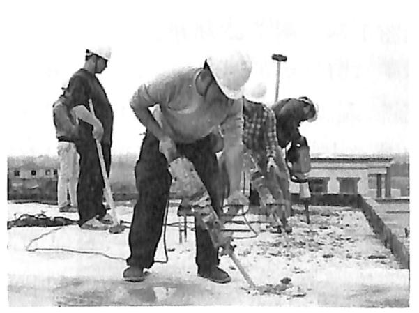 图1.22人工拆除施工(楼板拆除)