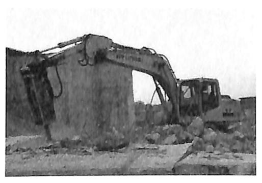图1.24破碎机拆除施工