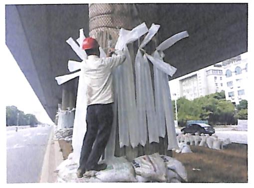 图8-25墩柱四周悬挂水袋