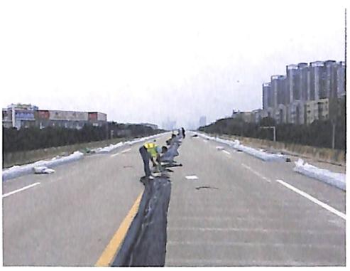 图8-26桥面铺设水袋