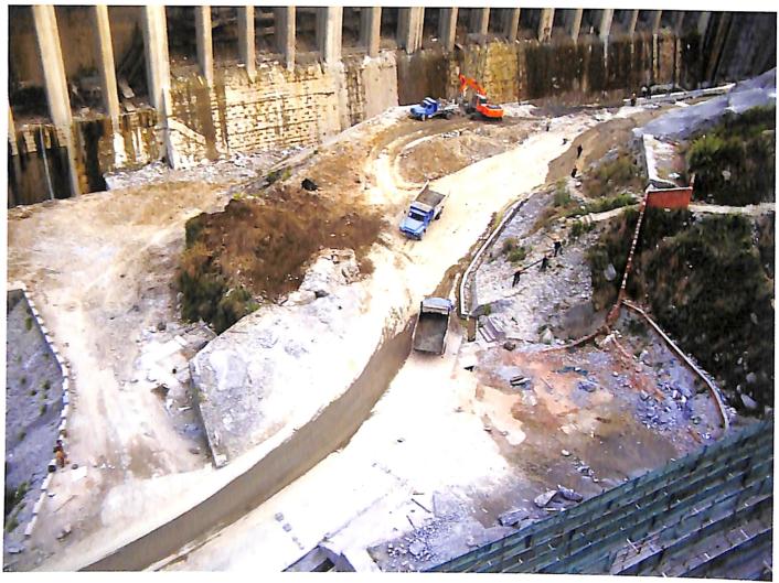 三峡工程RCC围堰装药施工现场