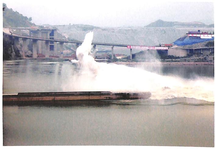 三峡工程RCC围堰爆破瞬间