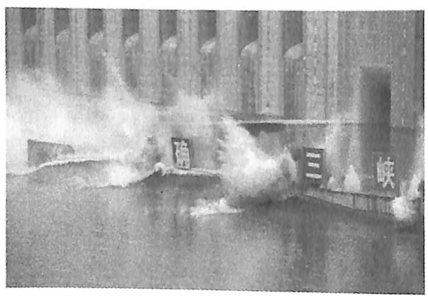图8.2三峡工程三期上游RCC围堰爆破倾倒 加钻爆炸碎瞬间新华社记者摄
