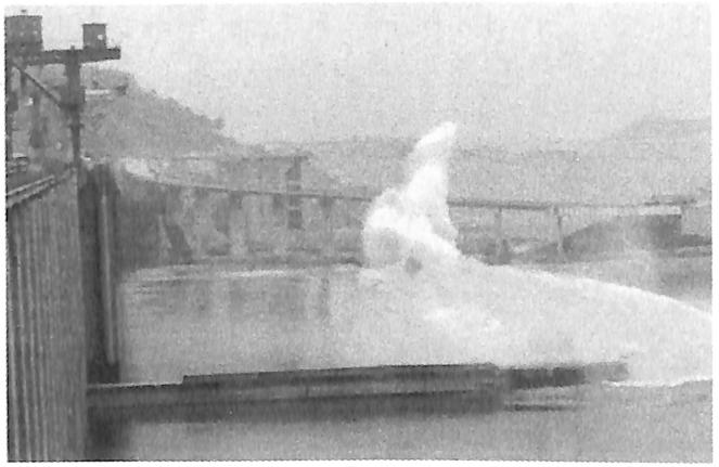图8.4三峡工程三期上游RCC围堰爆破倾倒瞬间新华社记者摄